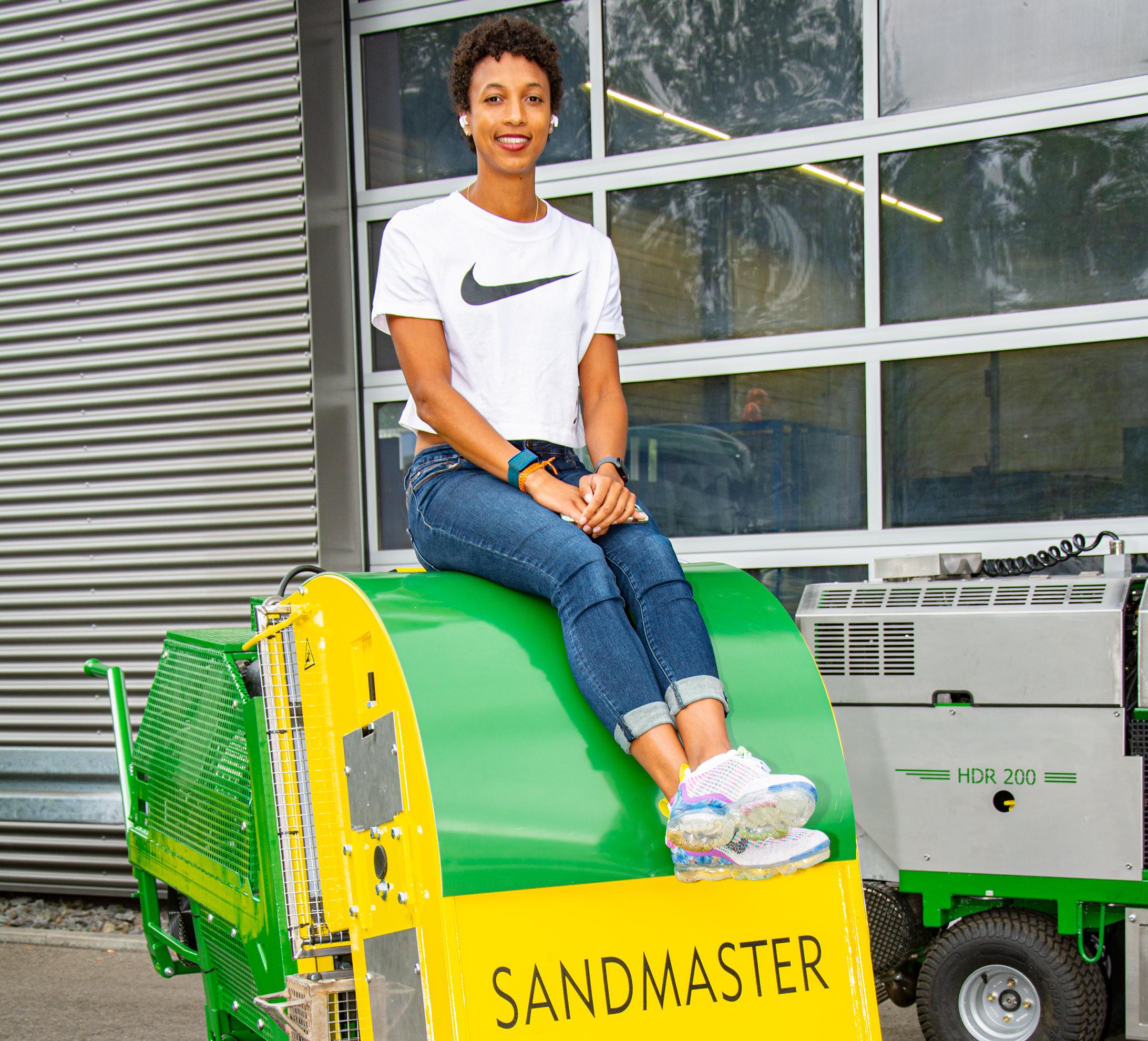 Malaika Mihambo beim Medientag bei Sandmaster in Wendlingen