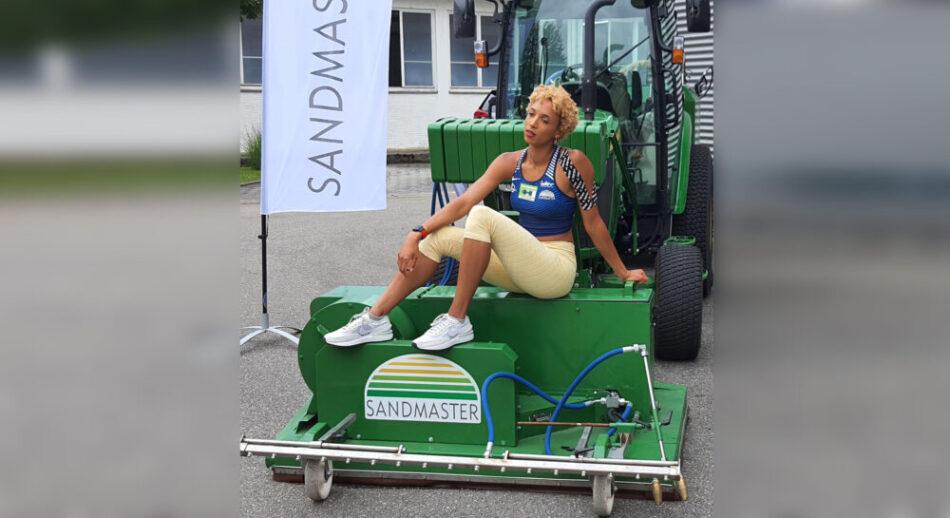 Malaika sitzt auf Traktor